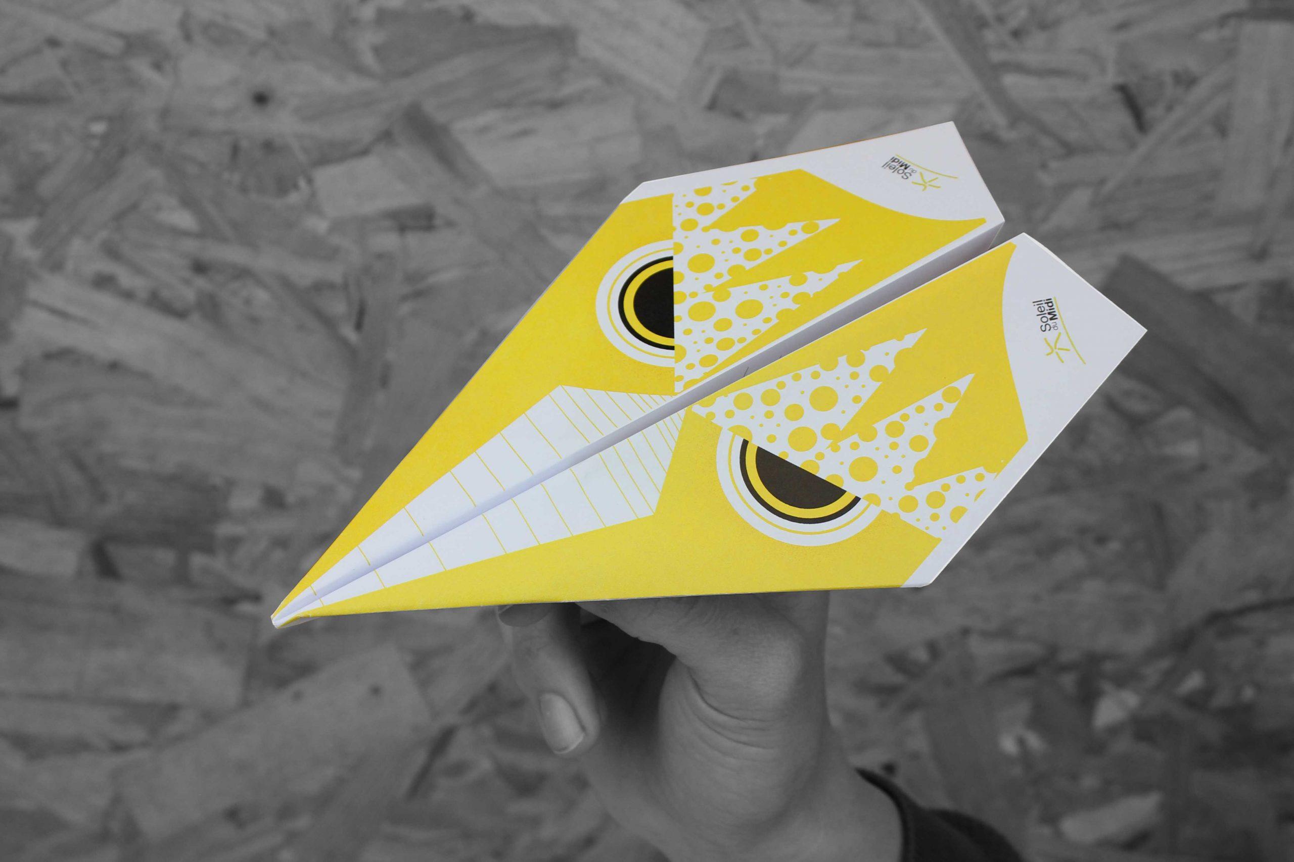 avion en papier illustration soleil du midi